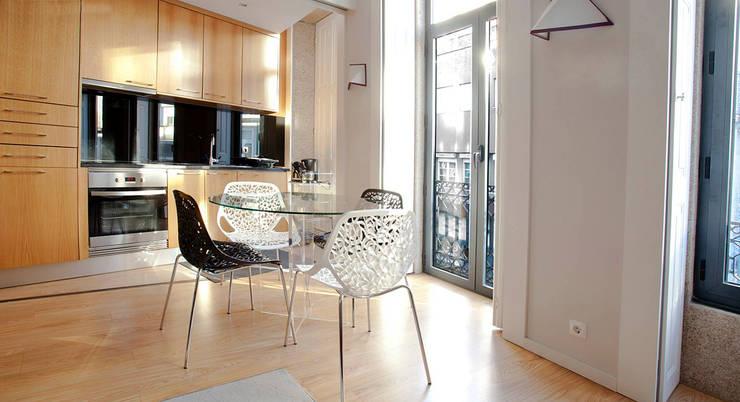 Edifício habitacional: Salas de estar  por Alves Dias arquitetos
