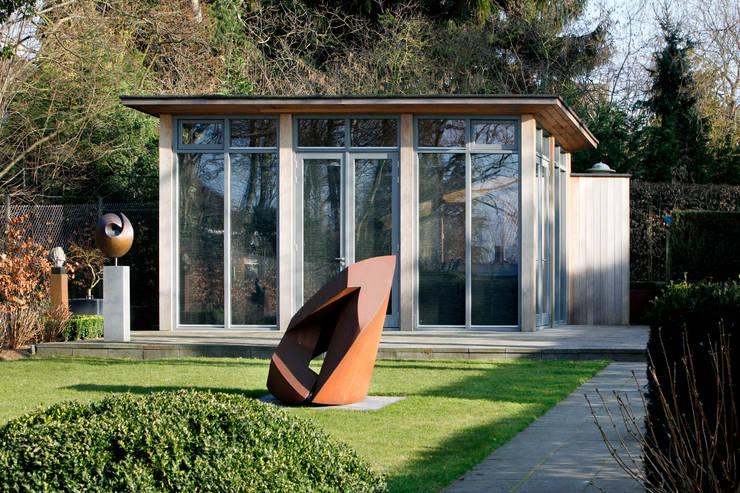 Atelier te Sittard:  Studeerkamer/kantoor door Joost Pennings Architect, Modern Hout Hout