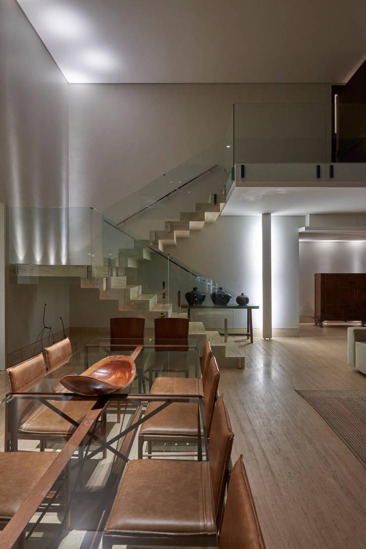 Casa Riviera : Corredores e halls de entrada  por Márcia Carvalhaes Arquitetura LTDA.,