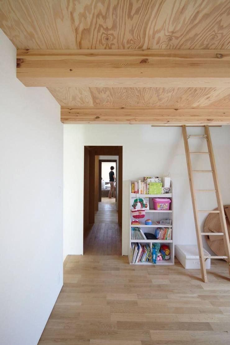 セタガヤの家: シキナミカズヤ建築研究所が手掛けた子供部屋です。,モダン