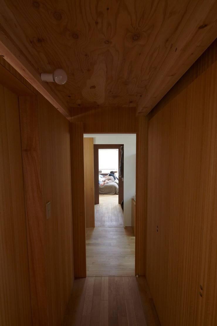 セタガヤの家: シキナミカズヤ建築研究所が手掛けた廊下 & 玄関です。,モダン