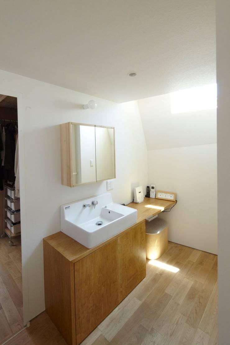 セタガヤの家: シキナミカズヤ建築研究所が手掛けた浴室です。,モダン