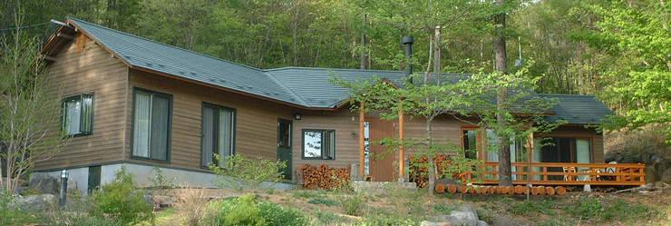 カラマツ板のドイツ下見板張りの外壁、傾斜地を利用した地下ワイン庫、木製サッシ: (有)岳建築設計が手掛けた家です。