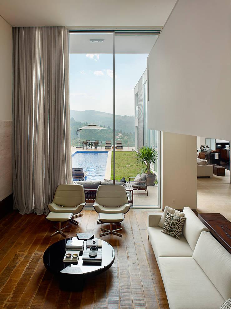 Casa Vila Alpina 02: Salas de estar  por Márcia Carvalhaes Arquitetura LTDA.