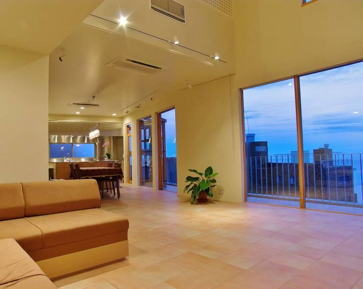 熱海・伊豆山の家: 川口孝男建築設計事務所が手掛けたリビングです。