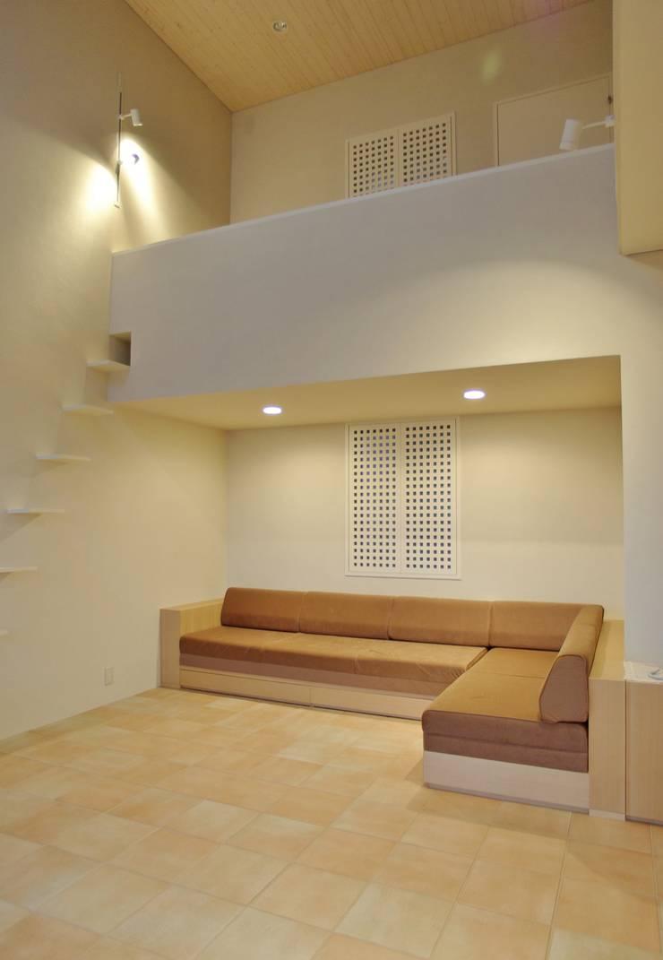 Living room by 川口孝男建築設計事務所, Modern Tiles
