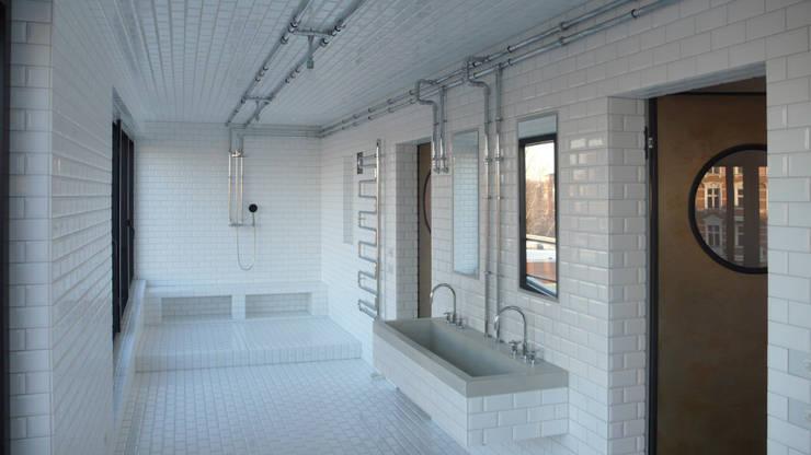 Baños de estilo industrial por boehning_zalenga  koopX architekten