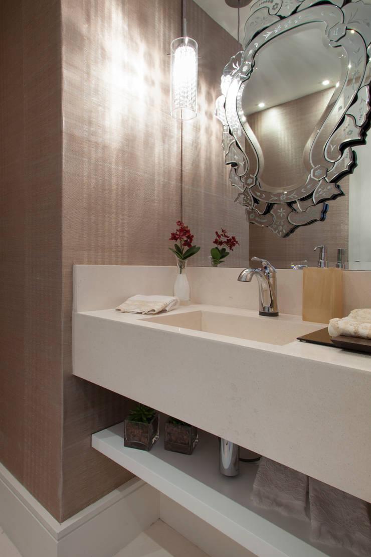 Decoração de Interiores - Projeto Residencial - Bairro Campo Belo - SP: Banheiros  por Silvia Romanholi Design de Interiores
