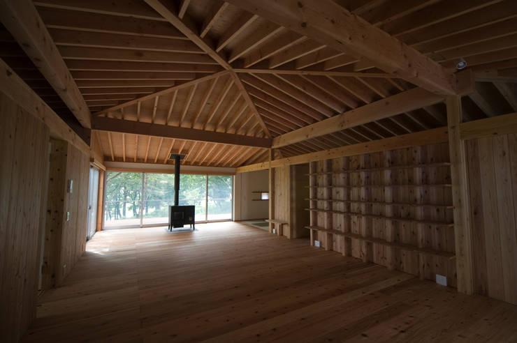 那須の家: FuruichiKumiko ArchitectureDesignOfficeが手掛けたリビングルームです。,