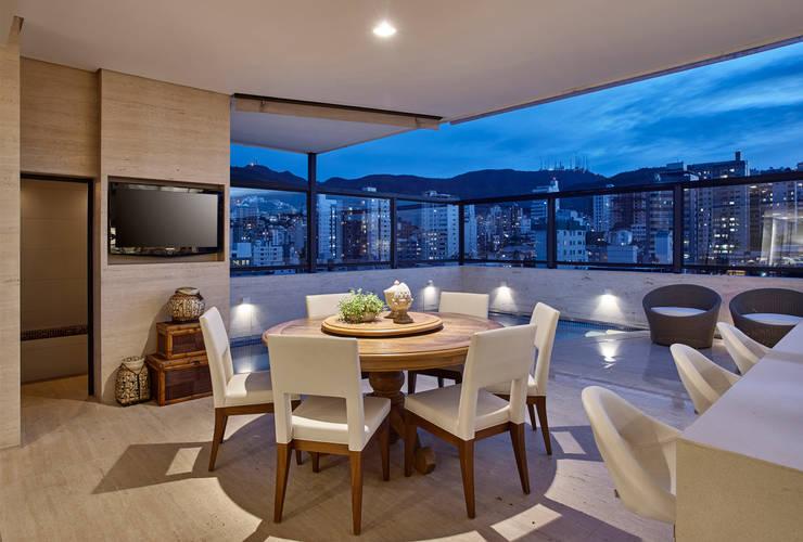 Apartamento IC: Terraços  por Isabela Canaan Arquitetos e Associados