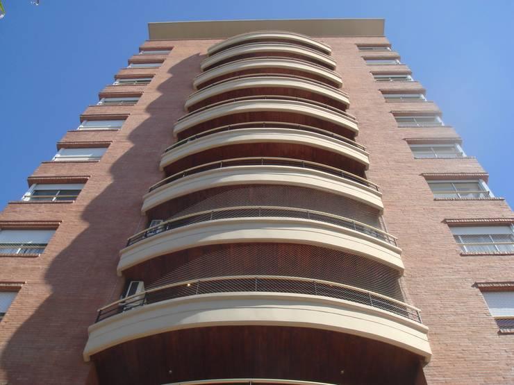"""Edificio """"Del Centenario"""": Terrazas de estilo  por Arquitecto Oscar Alvarez,Moderno"""