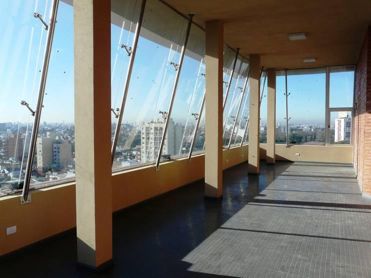 Edificio <q>Del Centenario</q>: Gimnasios de estilo  por Arquitecto Oscar Alvarez,Moderno