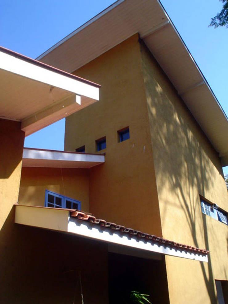 Casa em Itaipava: Casas  por Andrea Fiorini Arquitetura