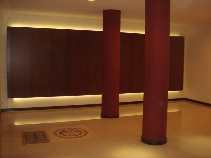 Edificio <q>Del Centenario</q>: Pasillos y recibidores de estilo  por Arquitecto Oscar Alvarez,Moderno