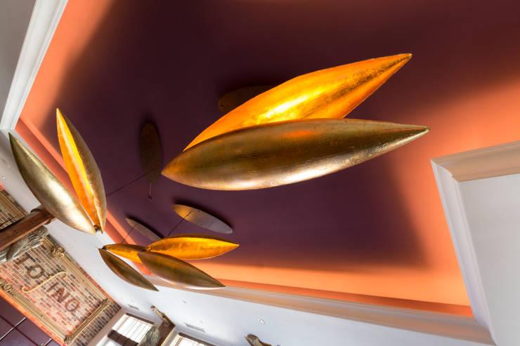 Designerlampen als Deckenbeleuchtung - die Kunst für Ihren Raum:  Wohnzimmer von ENEOS & Friends Design