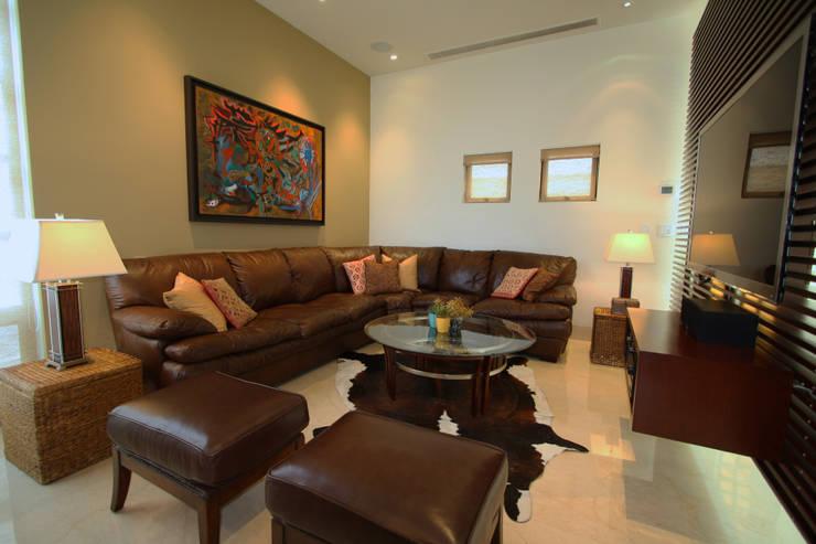 Family Room: Salas de estilo  por ODICSA