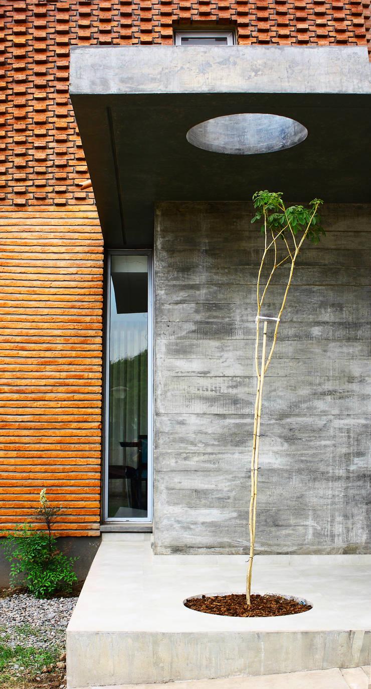 Vivienda Unifamiliar : Casas de estilo  por AGUIRRE+VAZQUEZ,Moderno