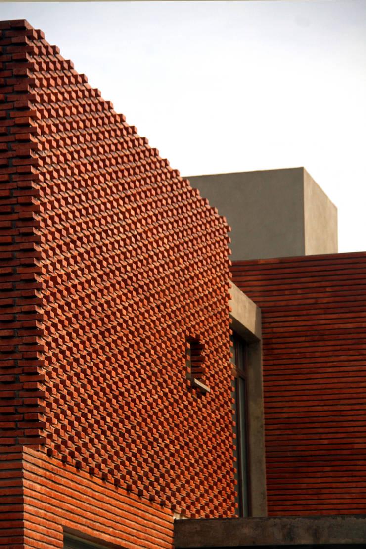 Vivienda Unifamiliar : Casas de estilo  por AGUIRRE+VAZQUEZ,Moderno Ladrillos