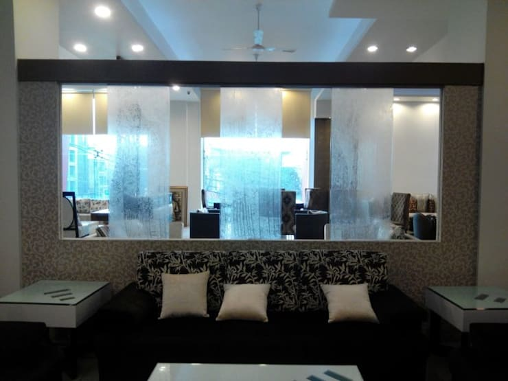 Interior Park Showroom in Kirti Nagar, Delhi:  Living room by Decor At Door