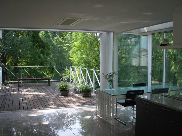 建築家の自邸 Architect's own house: 高原生樹建築設計事務所が手掛けたダイニングです。