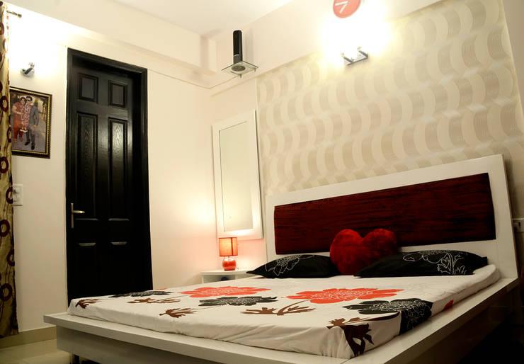Arihant Ambience Apartment.:  Bedroom by Decor At Door