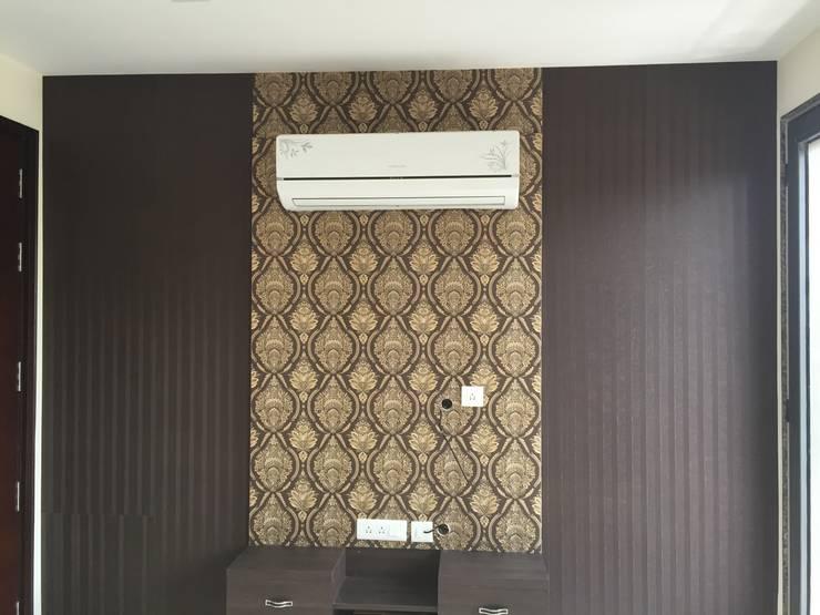 Luxury Apartments: modern Bedroom by Decor At Door