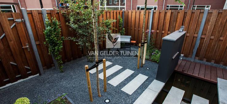 Moderne stadstuin met vijver:  Tuin door Van Gelder TUINEN, Modern
