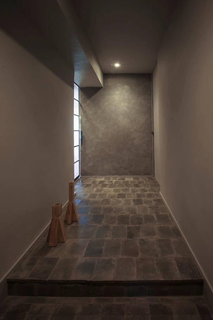 星ヶ丘のリノベーション: Nobuyoshi Hayashiが手掛けた廊下 & 玄関です。