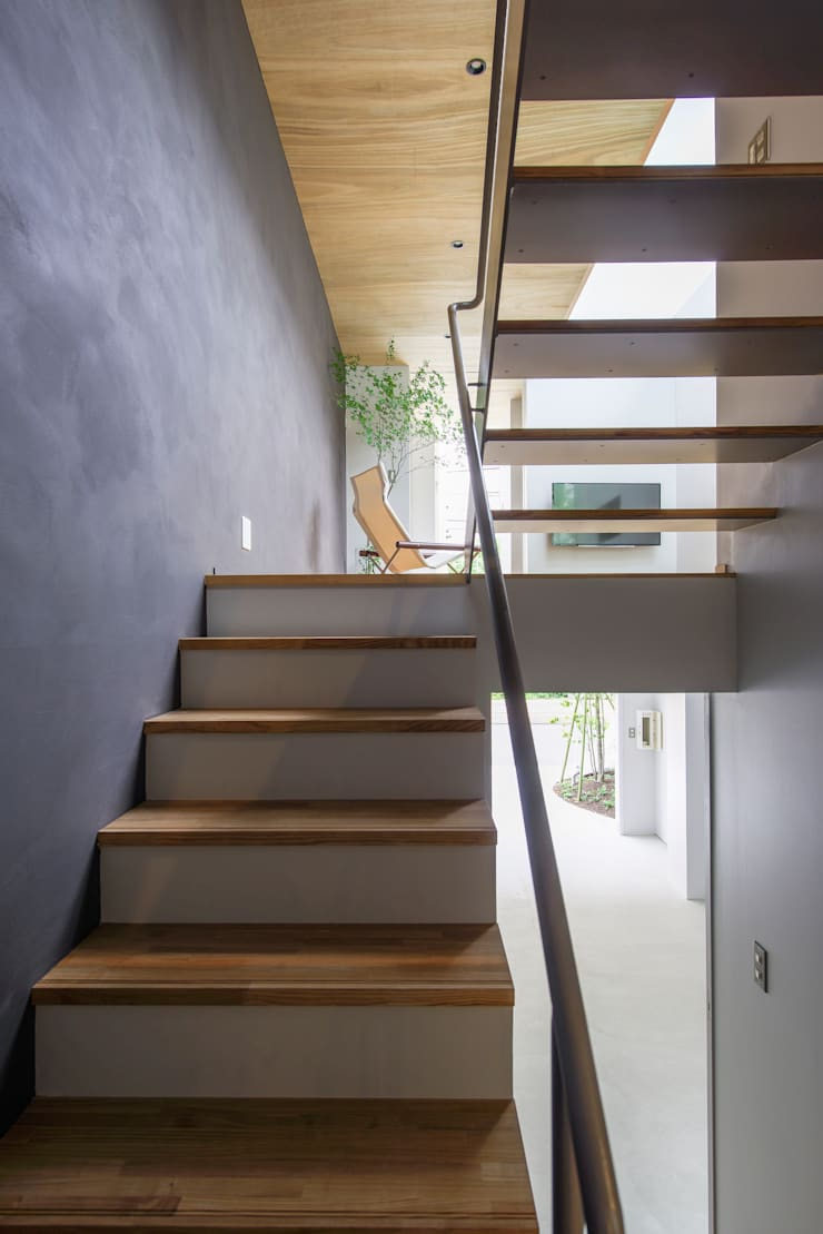 黒川の家: Nobuyoshi Hayashiが手掛けた廊下 & 玄関です。
