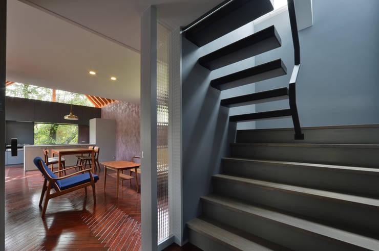 守山の家: Nobuyoshi Hayashiが手掛けた廊下 & 玄関です。