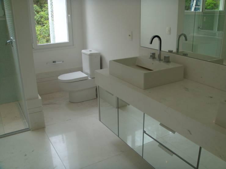 01_Projeto Residencial: Banheiros modernos por Paula Carvalho Arquitetura