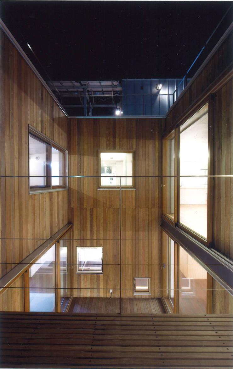 コートハウス: ツチヤタケシ建築事務所が手掛けたテラス・ベランダです。,モダン
