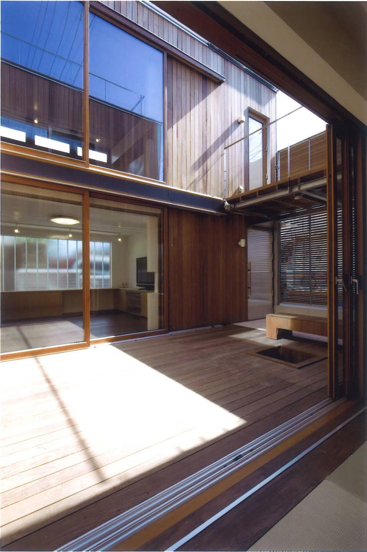 Terrazas  de estilo  por ツチヤタケシ建築事務所, Moderno