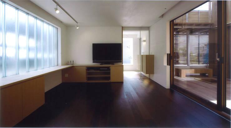 コートハウス: ツチヤタケシ建築事務所が手掛けたリビングです。,モダン