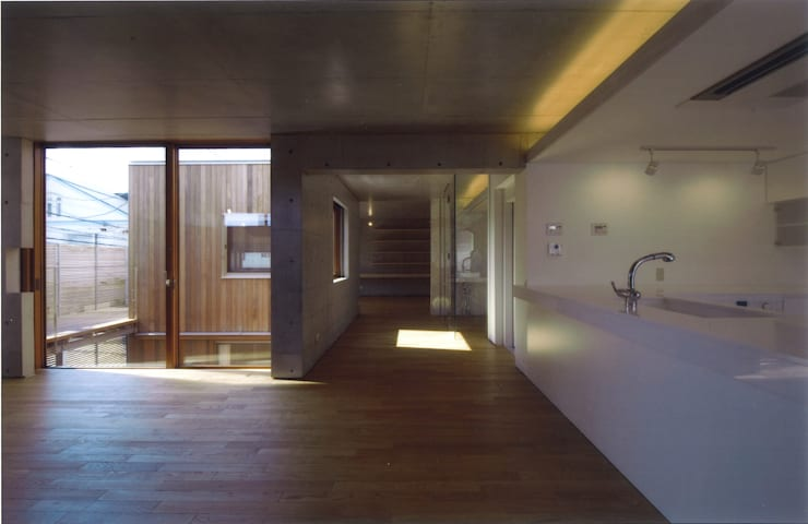 Livings de estilo  por ツチヤタケシ建築事務所, Moderno