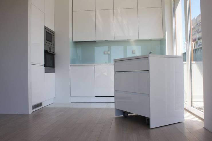 Frezowane uchwyty w kuchni na wymiar: styl , w kategorii Kuchnia zaprojektowany przez Szafawawa