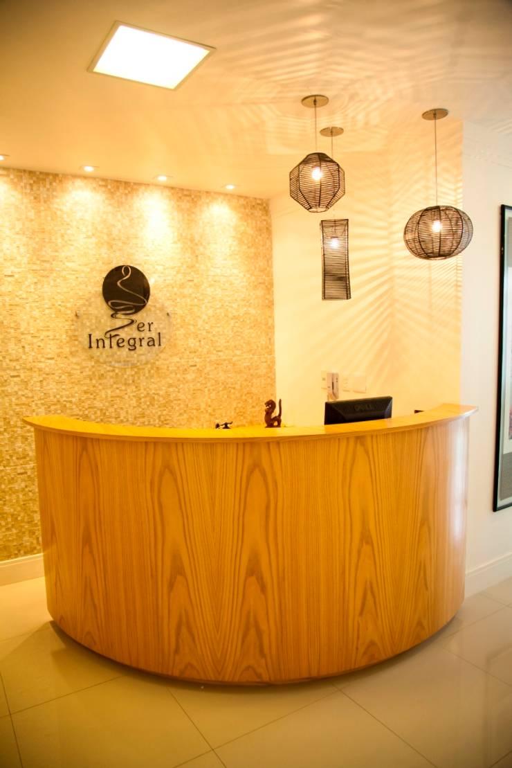 Consultório Médico RECEPÇÃO: Clínicas  por Marcia Debski Ferreira Designer de Interiores,