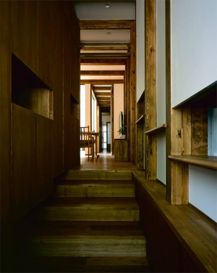 廊下: エム・アイ・エー・アーキテクツ有限会社が手掛けた廊下 & 玄関です。,モダン 木 木目調