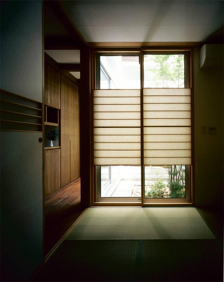 和室: エム・アイ・エー・アーキテクツ有限会社が手掛けた寝室です。,モダン 木 木目調