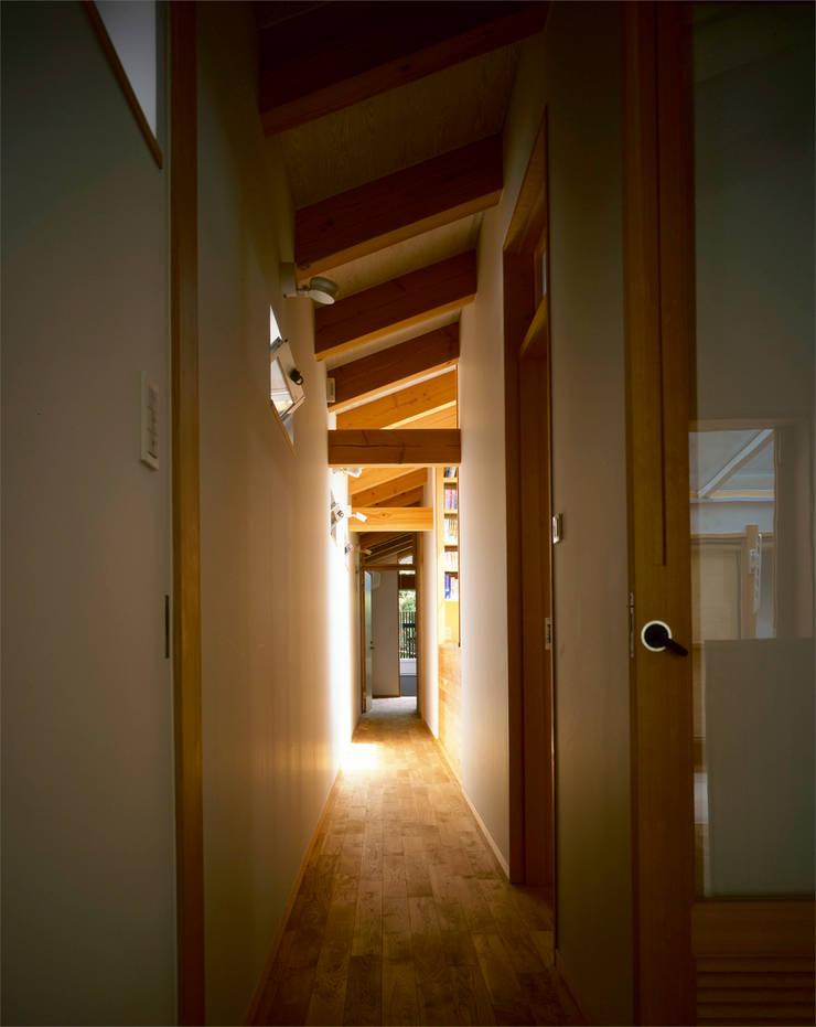 廊下: エム・アイ・エー・アーキテクツ有限会社が手掛けた廊下 & 玄関です。