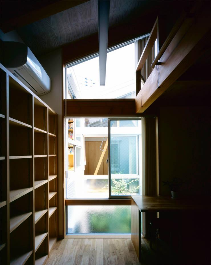 部屋、ロフト: エム・アイ・エー・アーキテクツ有限会社が手掛けた寝室です。,モダン 木 木目調
