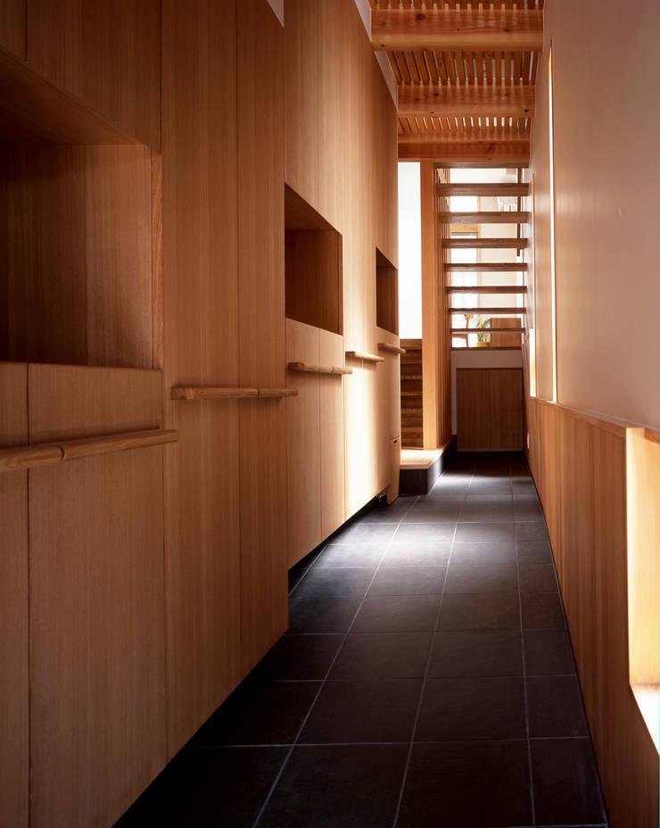 玄関、廊下: エム・アイ・エー・アーキテクツ有限会社が手掛けた廊下 & 玄関です。