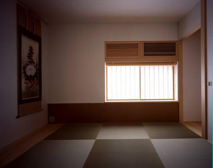 和室: エム・アイ・エー・アーキテクツ有限会社が手掛けた寝室です。