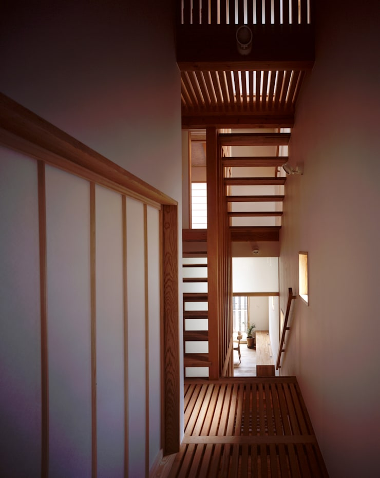 階段、廊下: エム・アイ・エー・アーキテクツ有限会社が手掛けた廊下 & 玄関です。