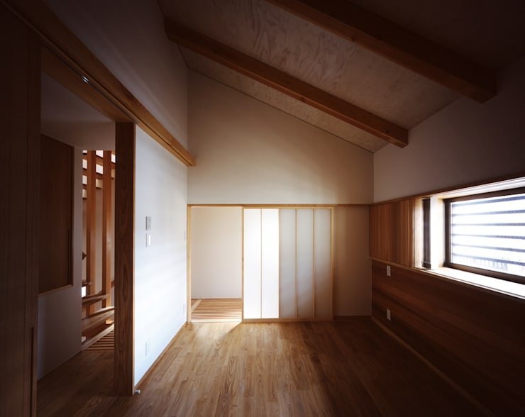 寝室: エム・アイ・エー・アーキテクツ有限会社が手掛けた寝室です。