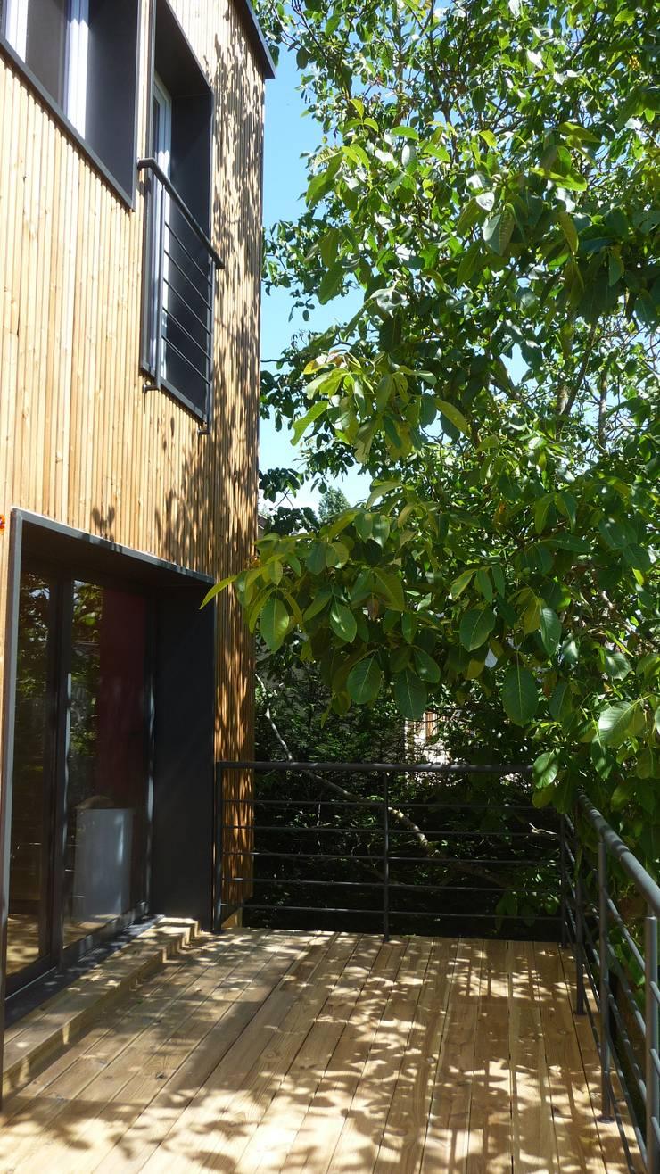 Sur-élévation à Ossature Bois: Terrasse de style  par AADD+