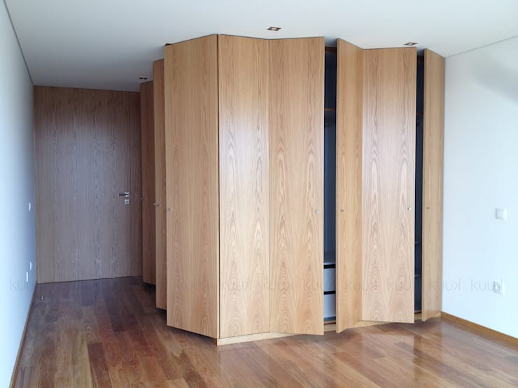 Oak House: Closets  por KUUK