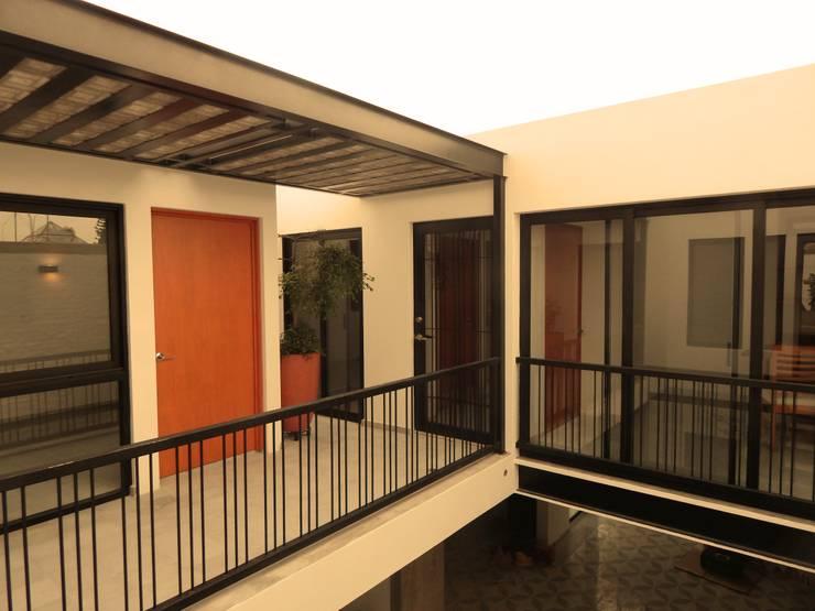 Casa PV: Pasillos y recibidores de estilo  por Boquer 3
