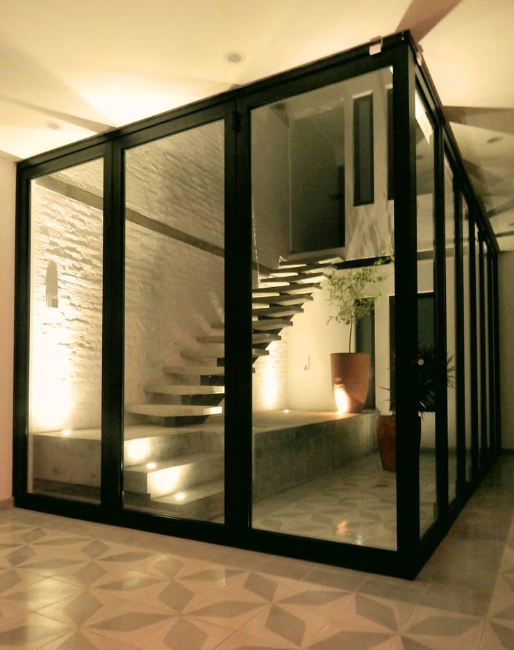 Casa PV: Ventanas de estilo  por Boquer 3
