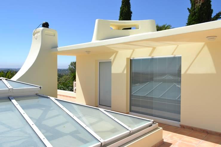 Renovação Exterior: Casas  por RenoBuild Algarve